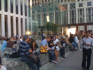 2535264884 aa972737c0 300x225 5th Avenue Apple Store Closes   Liveblog! (Breaking News)